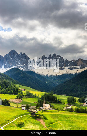 L'Odle pics de montagne et l'église de Santa Maddalena sont les symboles de la Val di Funes Banque D'Images