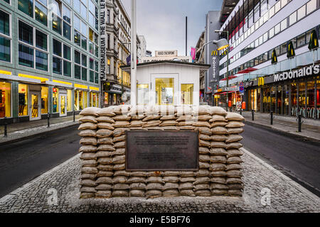 Checkpoint Charlie à Berlin, Allemagne. Banque D'Images
