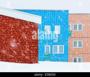 Neige, en face du quartier résidentiel coloré Banque D'Images