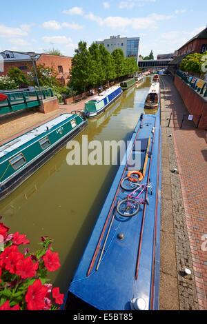 Péniches sur le canal d'Oxford à l'arrière du château Quay Shopping Centre Banbury Oxfordshire, UK Banque D'Images