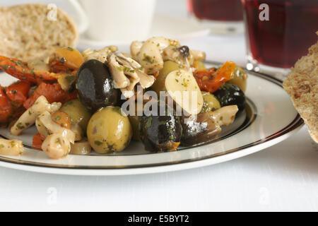 Antipasti faits avec de l'ail olives et tomates séchées champignons shiitake Banque D'Images