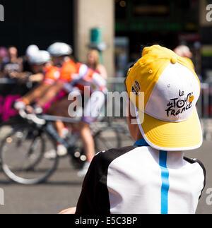 Paris, France. 27 juillet, 2014. Partisans attendent l'arrivée du Tour de France. Le dimanche 27 juillet 2014 les Banque D'Images