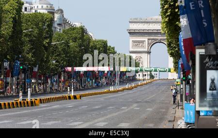Paris, France. 27 juillet, 2014. Partisans attendent l'arrivée du Tour de France sur les Champs Elisées. Le dimanche Banque D'Images