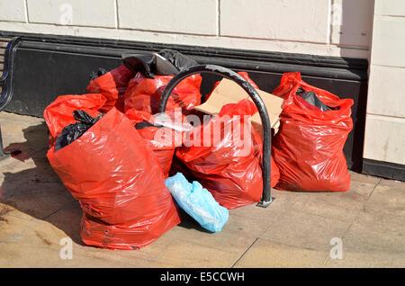 Sacs de déchets en attente de collecte sur la rue centre ville principale dans la région de Leamington Spa, Warwickshire, UK