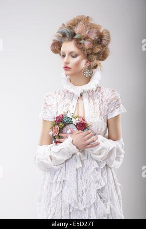 La personnalité. Femme avec des fleurs dans un costume de soirée Banque D'Images
