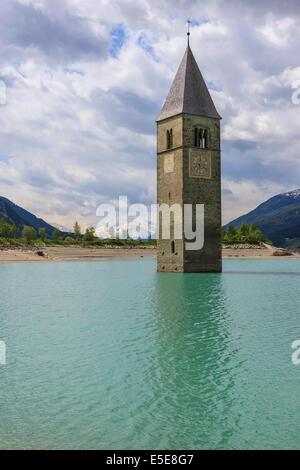 Le clocher à Reschensee, à la frontière de l'Italie et l'Autriche Banque D'Images