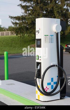 Nouvelle station de recharge pour voitures électriques et parking en USA installé par NRG eVGO pour recharger les Banque D'Images