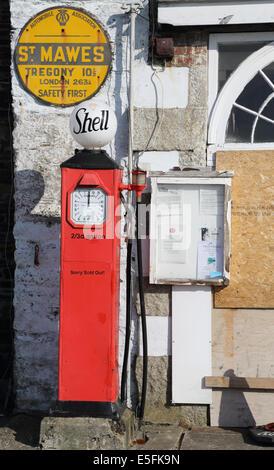 Vieille carapace pompes à essence au garage à St Mawes sur la côte de Cornouailles Banque D'Images