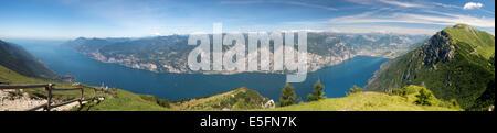 Vue sur le lac de Garde depuis le Monte Baldo, Malcesine, province de Vérone, Vénétie, Italie Banque D'Images