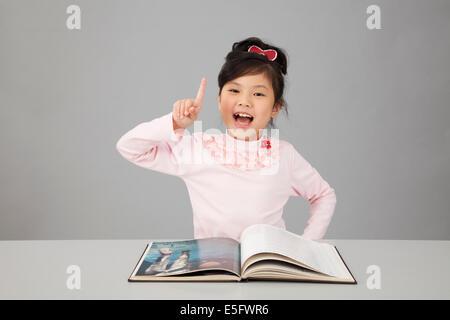 Chinois asiatique petite fille s'idée de livre Banque D'Images
