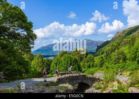 Lake District. Les marcheurs à Ashness avec pont massif Skiddaw dans la distance, Borrowdale, Parc National de Lake Banque D'Images