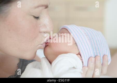 Mère embrassant sa fille (0-1 mois) Banque D'Images