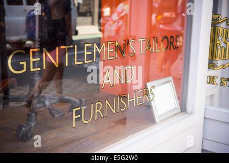Une boutique qui vend des vêtements pour hommes et des meubles sur mesure services offrant sur Bleecker Street à la mode à New York