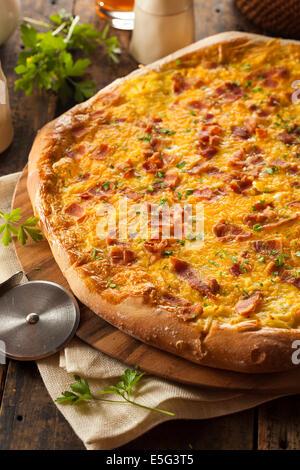 Petit-déjeuner fait maison avec des oeufs et bacon Pizza Pommes de terre Banque D'Images