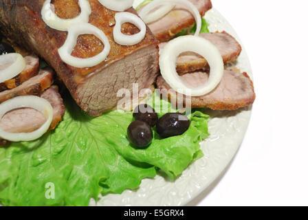 Close up filet de boeuf et l'oignon sur une plaque blanche Banque D'Images