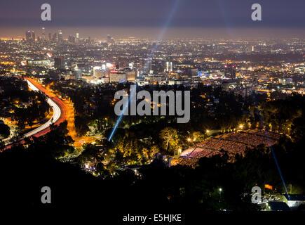 Vue sur la skyline et le Hollywood Bowl lors d'un spectacle à Los Angeles, Californie, USA Banque D'Images