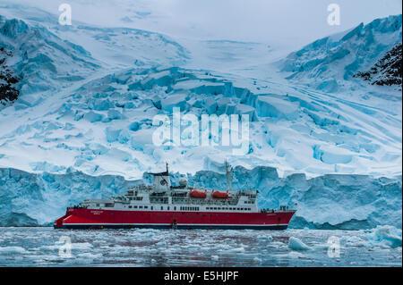 Bateau de croisière dans les glaces de l'Antarctique, l'Antarctique, l'île de l'entreprise Banque D'Images
