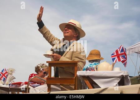 Défilé de Swanage procession en juillet avec le thème Célébrer la Grande-Bretagne - plus de thé vicaire? Banque D'Images