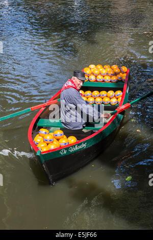 Pays-bas, Edam, marché au fromage, fromage fermier apporte au marché en bateau à rames Banque D'Images
