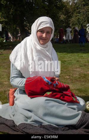 Chester, Cheshire, Royaume-Uni 3 août, 2014. Rebecca Ferguson, à broder au thème médiéval tournoi organisé au Château Banque D'Images
