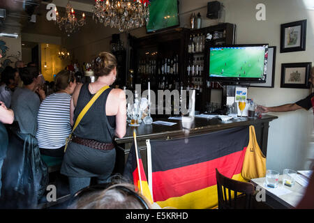 Les amateurs de football allemand regarder un match de la Coupe du Monde 2014 Toronto, Ontario, Canada. Banque D'Images