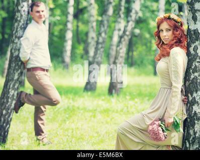 Mariée douce romantique et beau palefrenier posant près de bouleaux, belle jeune couple aimant, l'heure d'été, heureux Banque D'Images