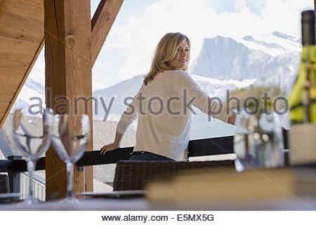 Portrait de femme au balcon avec vue sur la montagne Banque D'Images