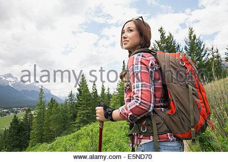 Randonnée avec sac à dos femme près des montagnes Banque D'Images