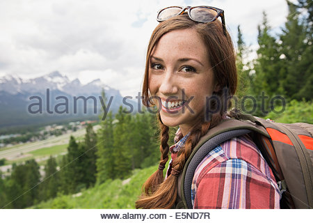Portrait of smiling woman randonnées près des montagnes Banque D'Images