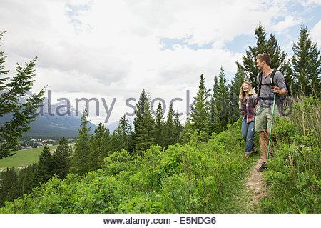 Couple hiking sur le sentier près des montagnes Banque D'Images