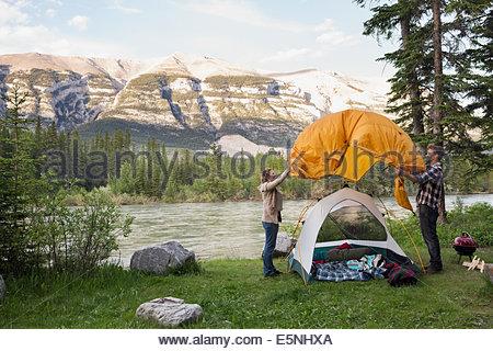 L'assemblage de deux tente au camping près des montagnes Banque D'Images