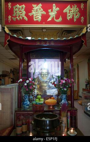 Dans l'autel du temple bouddhiste dans le quartier chinois de New York, Amitabha Buddhist Society of U. S.A. 'Sung Banque D'Images