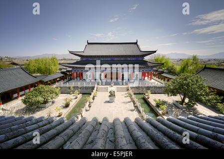 Une vue sur cour et des capacités dans l'architecture classique de style chinois, 458 Middle Longpan à Lijiang, Banque D'Images