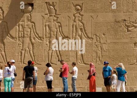 Sculptures sur le mur extérieur du Temple d'Hathor, Dendérah nécropole, Qena, vallée du Nil, l'Egypte, l'Afrique Banque D'Images