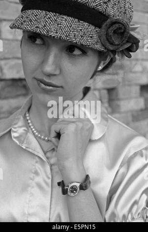 Belle jeune femme portant des vêtements rétro Banque D'Images
