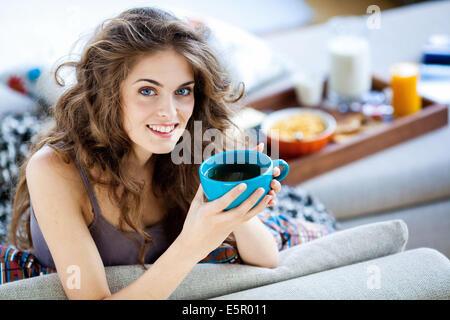 Femme ayant le petit déjeuner. Banque D'Images