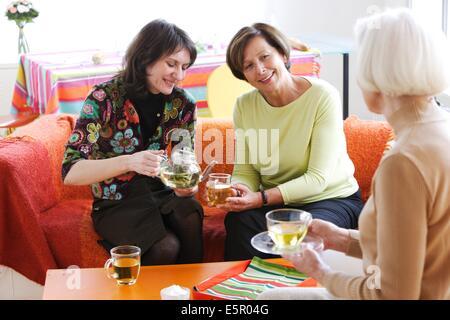 Les femmes de boire une tisane. Banque D'Images