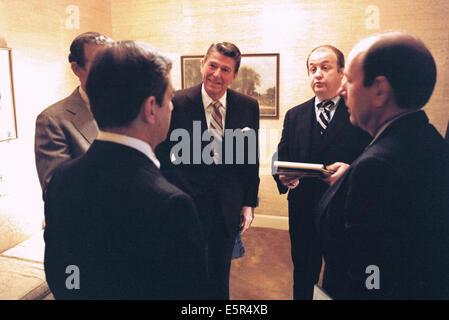 Nous. 4e août, 2014. PIX DE FICHIER: Le président des États-Unis, Ronald Reagan, centre, participe à une réunion Banque D'Images