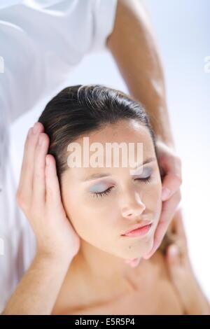 Tête de la femme d'être manipulé par un ostéopathe. Banque D'Images