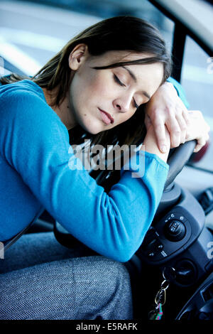 Femme fatiguée dans sa voiture. Banque D'Images