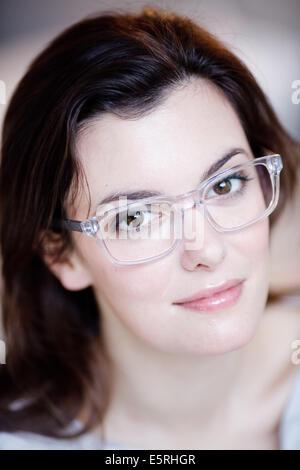 Femme portant des lunettes. Banque D'Images
