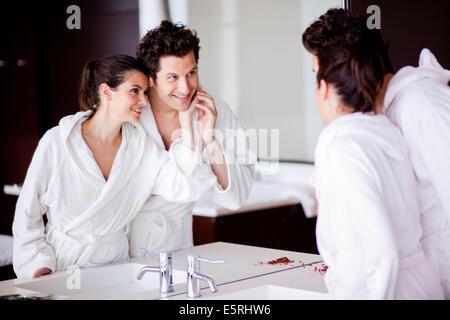 Contrôle de couple son visage dans le miroir. Banque D'Images