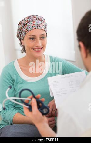 Femme subissant une chimiothérapie au cours de consultation médicale. Banque D'Images