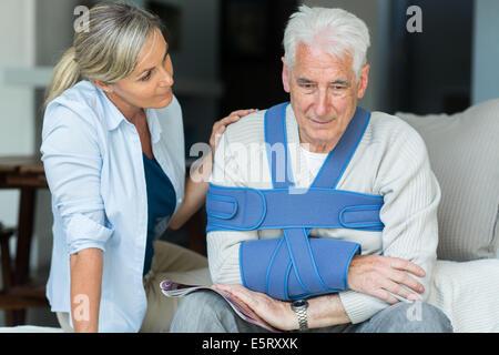 Un homme âgé portant une attelle. Banque D'Images