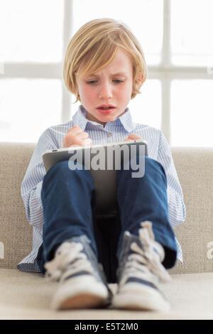 7 ans boy using tablet computer. Banque D'Images
