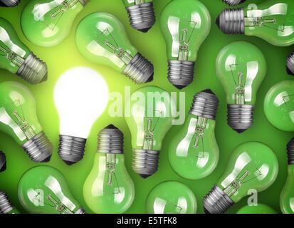 Concept pour l'idée. Ampoule Lumière rougeoyante sur fond vert Banque D'Images