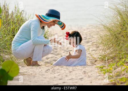 Mère et fille à la plage - Lauderdale-by-the-Sea, Floride USA Banque D'Images