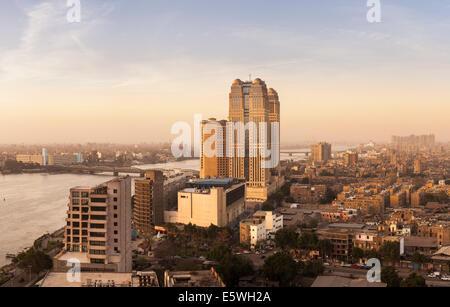 Le Caire, Égypte cityscape avec Fairmont Nile City Hotel immeuble sur le Nil Banque D'Images