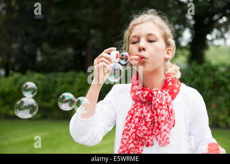 Girl blowing bubbles Banque D'Images