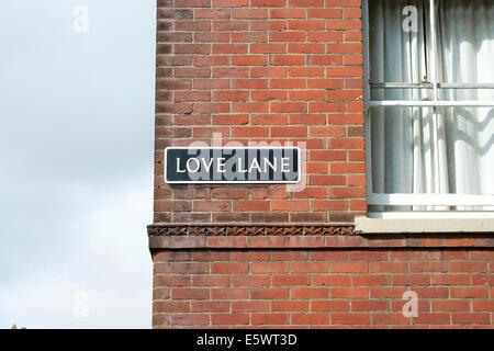 Love Lane signe le nom de la rue sur le côté du bâtiment en brique rouge UK Banque D'Images
